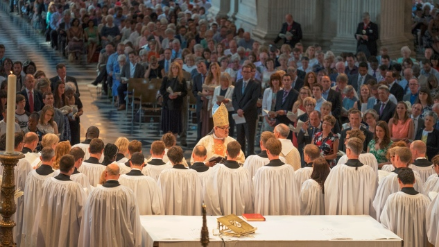 The-Ordinands-gather-in-front-of-the-Bishop